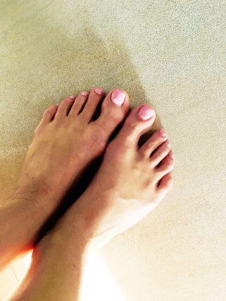 Gelové nehty na nožkách - růžové s kamínkem