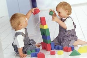 детки с кубиками