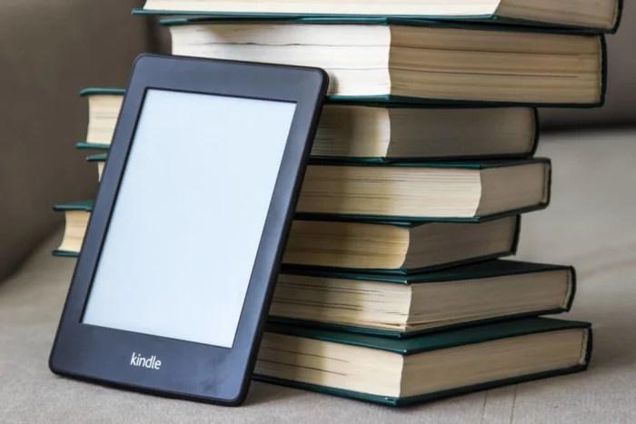 livros em papel e aparelho Kindle dinheiro - livros em papel e aparelho Kindle 700x467 - Como Ganhar Dinheiro na Internet: As 55 Melhores Maneiras (2021)