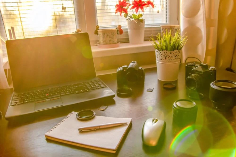 home office com mesa com acessórios