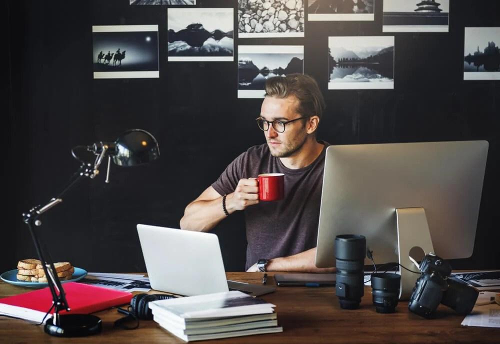 profissional de fotografia em escritorio tomando café