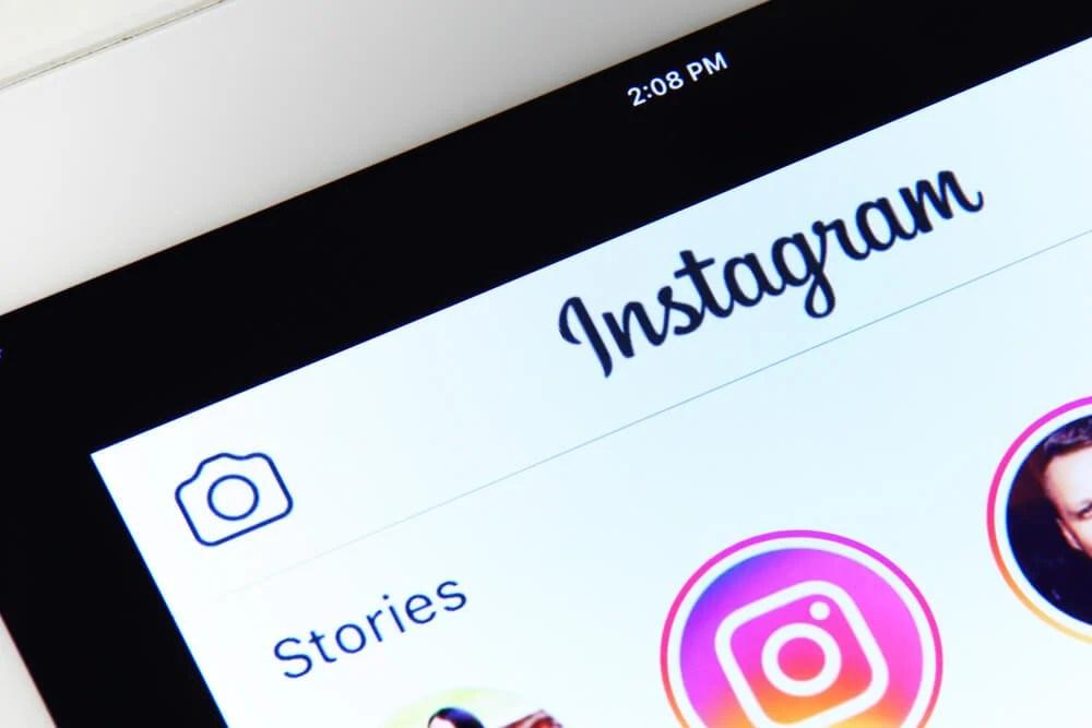 display do celular mostrando instagram stories stories instagram - word image 42 - Instagram Stories: O Que É, Como Funciona e Dicas Práticas