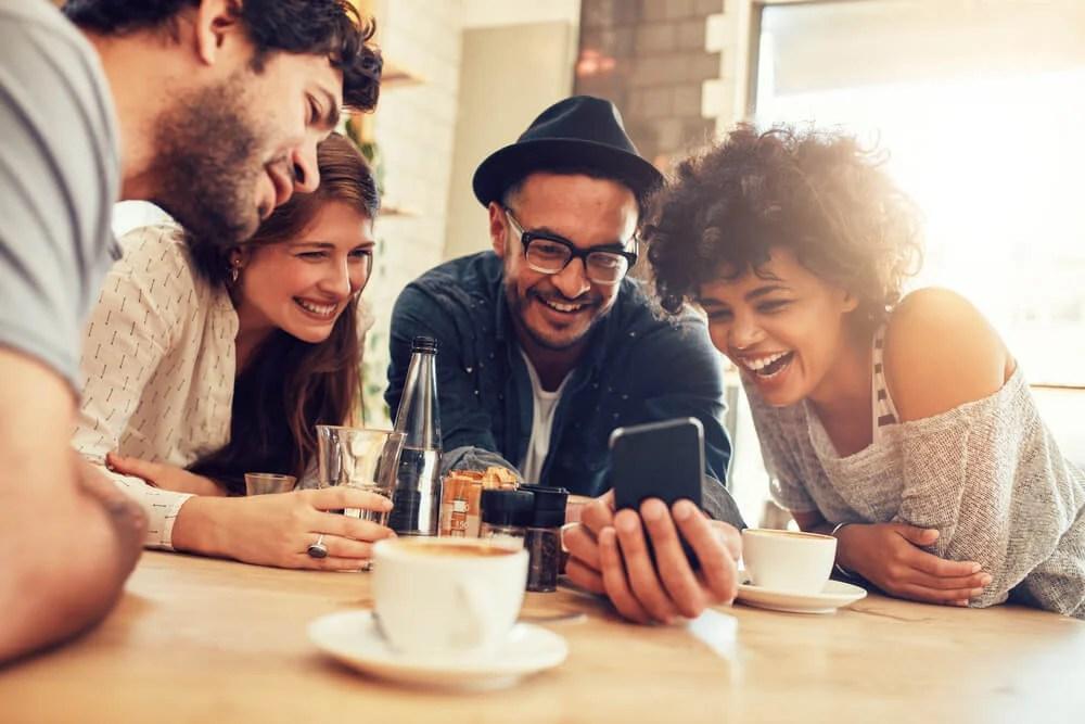grupo de amigos ao redor do celular stories instagram - word image 44 - Instagram Stories: O Que É, Como Funciona e Dicas Práticas