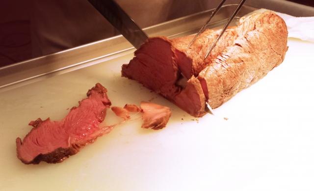 ローストビーフ赤い肉汁の正体と生の見分け方なにが食中毒の原因?