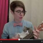 お姉さんの演奏に割り込み、主役を奪う子猫(動画)
