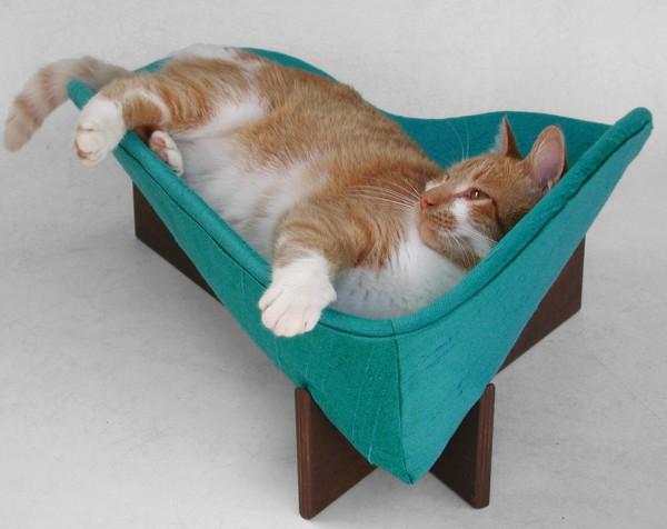 130907catbed 600x476 - 寝そべるにも、腰掛けるにも良し。モダンでレトロな猫ベッド