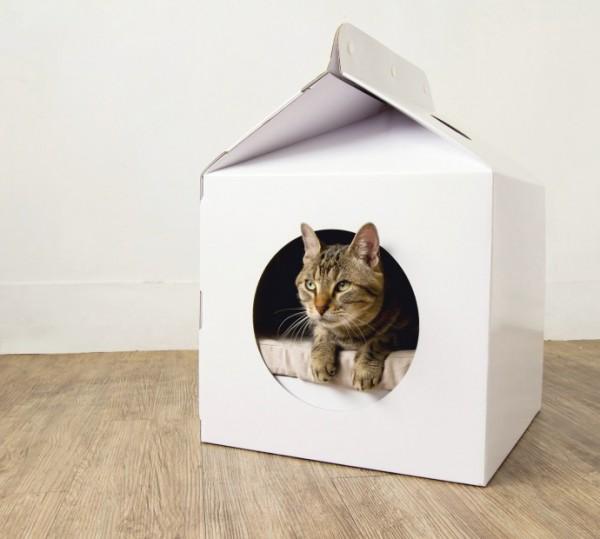 131021cathouse03 600x539 - ミルク好きにはたまらない、ミルクパック型猫ハウス