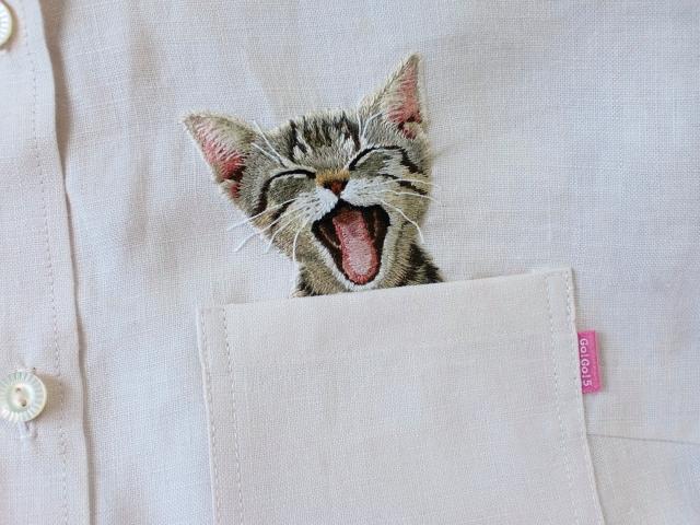 131128catshirt00 - かわいすぎる刺繍の猫、胸ポケットからひょっこり顔を出す
