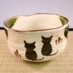 猫をモチーフにした茶道具で、お茶を点てたり喫したり