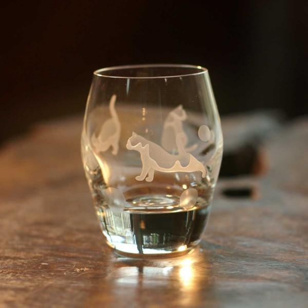 140403catglass02 600x600 - 切子のグラスで伸びる白猫、瑠璃色に映える