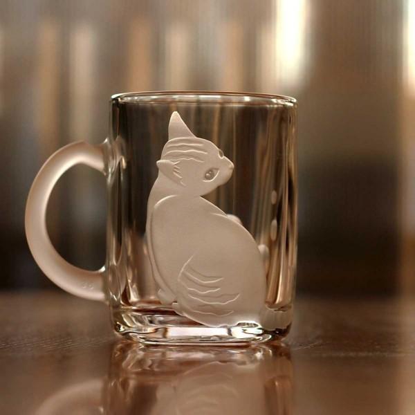 140403catglass03 600x600 - 切子のグラスで伸びる白猫、瑠璃色に映える