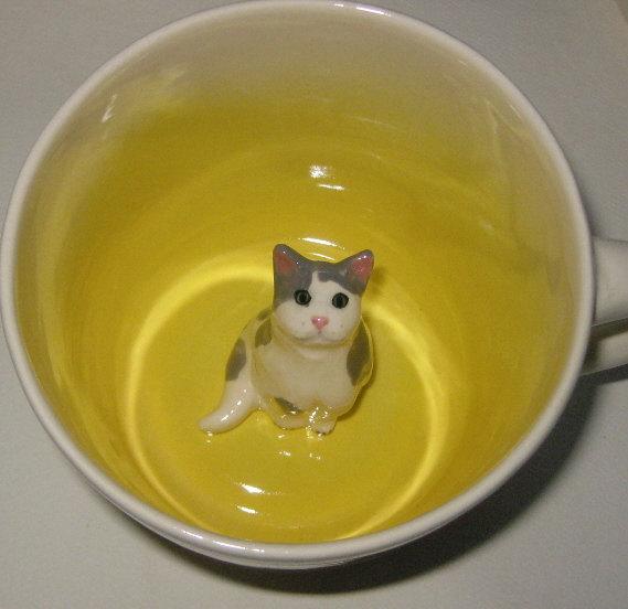 140429mugcat - マグカップに潜む猫、底からひょっこり現る