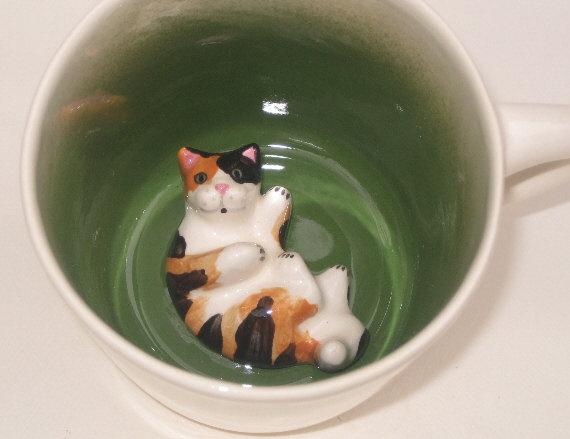 140429mugcat02 - マグカップに潜む猫、底からひょっこり現る