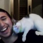 猫に愛される男の動画、聞こえるのは笑い声と猫のゴロゴロだけ