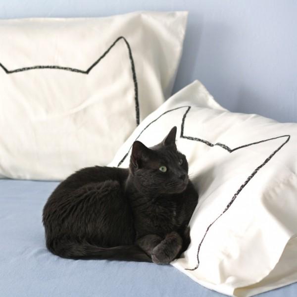 140608Cat Nap Pillow Cas01 600x600 - 猫と一緒にお昼寝したくなる、猫シルエットの枕カバー