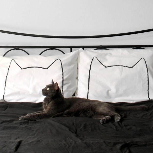 140608Cat Nap Pillow Cas02 600x600 - 猫と一緒にお昼寝したくなる、猫シルエットの枕カバー