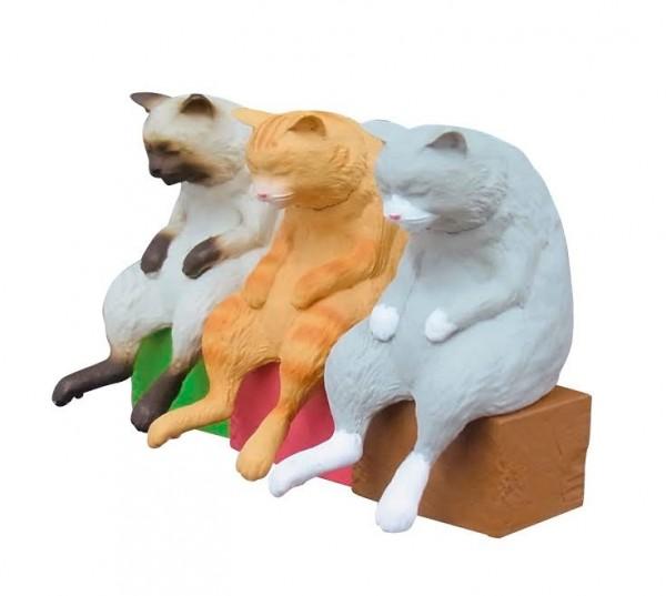 140716nekoze01 600x537 - 猫背をソフトに矯正する猫フィギュア、味わい深い表情で机上に佇む