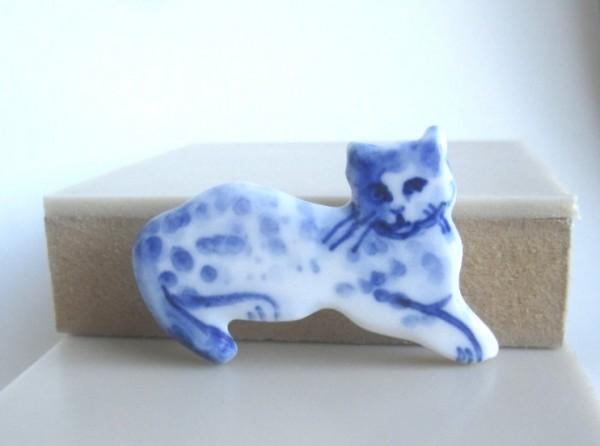 140818catBroach03 600x446 - 背中で語る猫、青きブローチになる