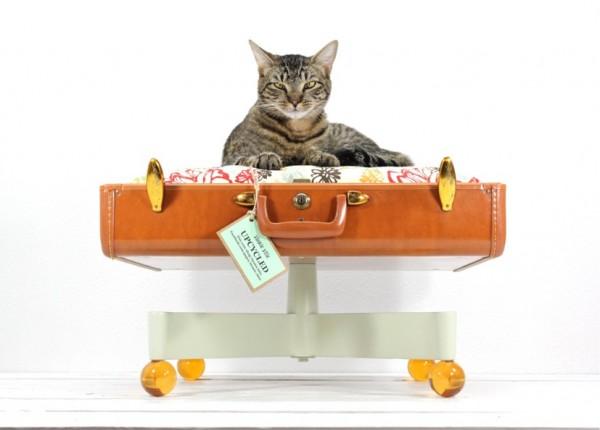 140915catbed02 600x430 - スーツケースベッドに寝そべる猫、寝心地の良さに顔を埋める