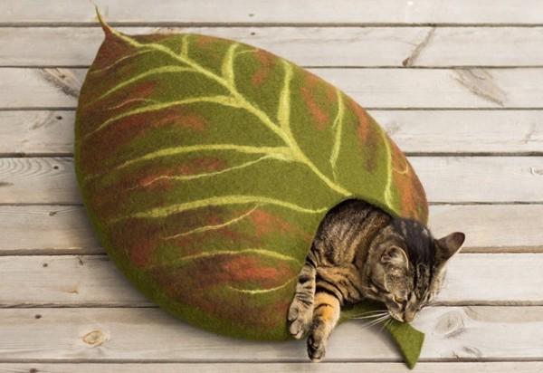 140923leafbed01 600x412 - ほのかに秋色な葉っぱ風ベッドに眠る猫、中でも上でも快適な寝顔