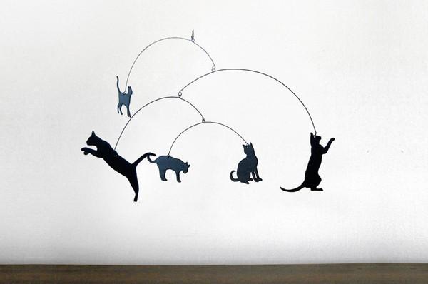 150401herekittykitty 600x398 - ゆらゆら揺れる猫のモービル、跳んだり立ったり澄ましたり