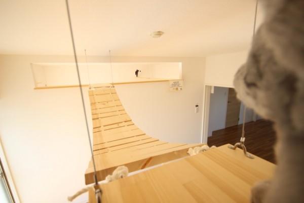 猫目線でキャットウォークの吊り橋を見ると、こんな感じ。