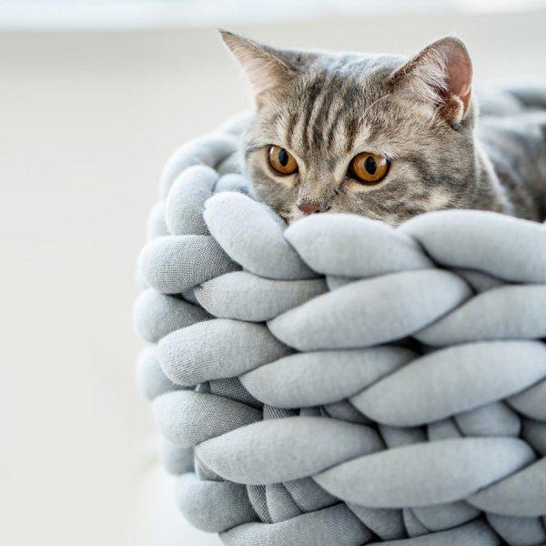 170826catbed02 600x600 - 猫がまったり包まれる、極太ニットの猫ベッド