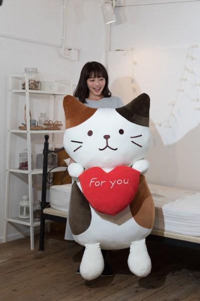 190409FukuFukuNyanko02 1920 400x600 - 座高100cmのもっちり三毛猫、クッションだけど抱き締め必至