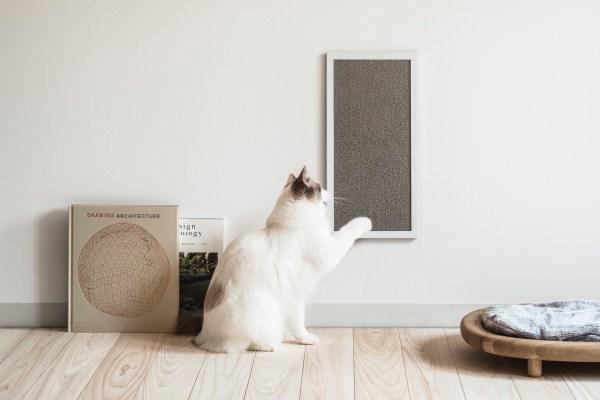 シンプルで瀟洒な壁掛け爪とぎ、猫の姿もより美しく