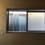 2階洋室の窓を開けた様子。隣の家が近いです。