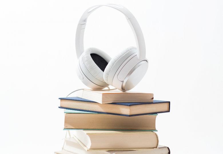 amazonオーディオブック「オーディブル(Audible)」の特徴、始め方のの解説。無料体験について紹介。