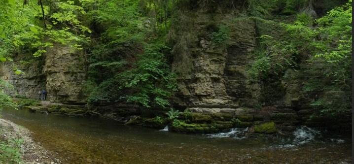 Hier tritt das Wasser der Wutach aus, das die Abkürzung durch die Felswand nimmt