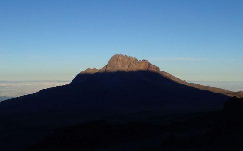 Der Gipfelschatten des Kibo auf dem Mawenzi