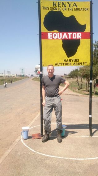 Auf dem Weg von Nairobi zum Mount Kenia Massiv überqueren wir in Nanyuki den Äquator