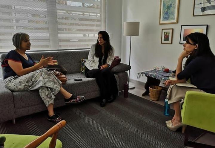 Momento en que soy entrevistada por Claudia Palacios (a la derecha).