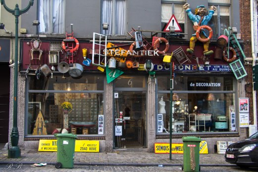 Il negozio d'antiquariato Stefantiek, di fronte alla Notre Dame de la Chapelle