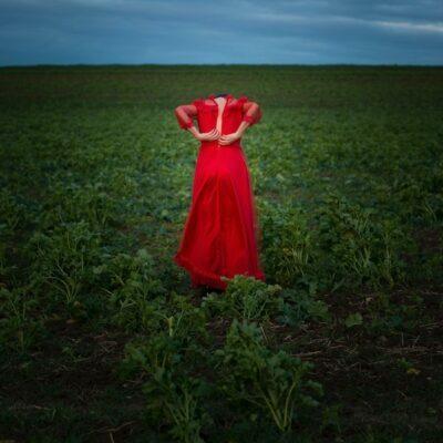 vrouw als klaproos in een veld