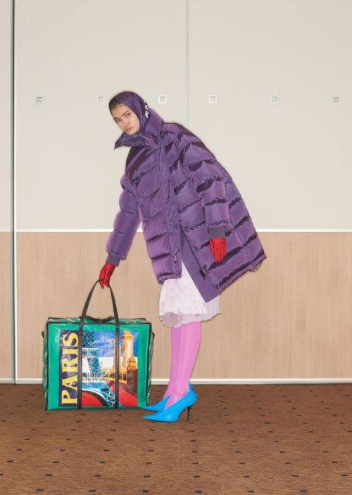 Piscine gonflable Balenciaga - Pourquoi je ne serai pas a la mode en 2018 - Blog Maman Bordeaux Ne le dites a Personne #fashionfauxpas #fashionfail #mode2018 #tendance2018 #défilés2018 #hautecouture2018 #balenciaga2018
