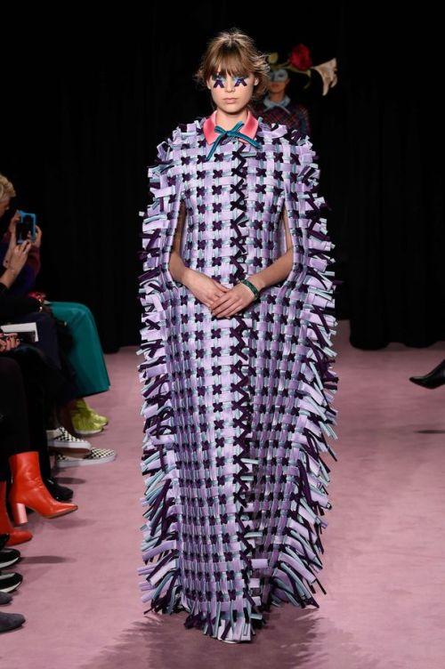 Rempaillage chaise Vikor Rolf - Pourquoi je ne serai pas a la mode en 2018 - Blog Maman Bordeaux Ne le dites a Personne #fashionfauxpas #fashionfail #mode2018 #tendance2018 #défilés2018 #hautecouture2018 #ViktorRolf2018 #ViktorandRolf