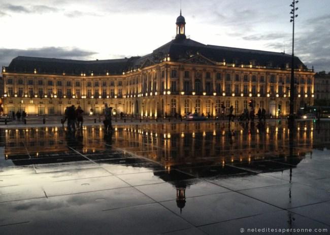 City Guide Bordeaux : Place de la Bourse et Miroir d eau - Je vous propose 5 lieux à voir quand on vient visiter Bordeaux ! Sur le Blog Bordeaux Ne le dites a Personne #Bordeaux #CityguideBordeaux #Miroirdeau #palaisdelabourse