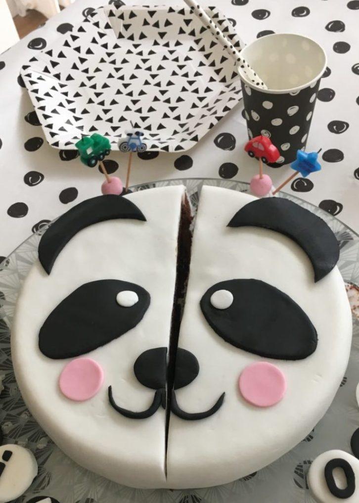 Gateau coupé - Gâteau Panda anniversaire en pâte à sucre - Blog Maman Ne le dites a personne #pateasucre #anniversaireenfant #gateauanniversaire #gateaupanda #blogmaman #neleditesapersonne