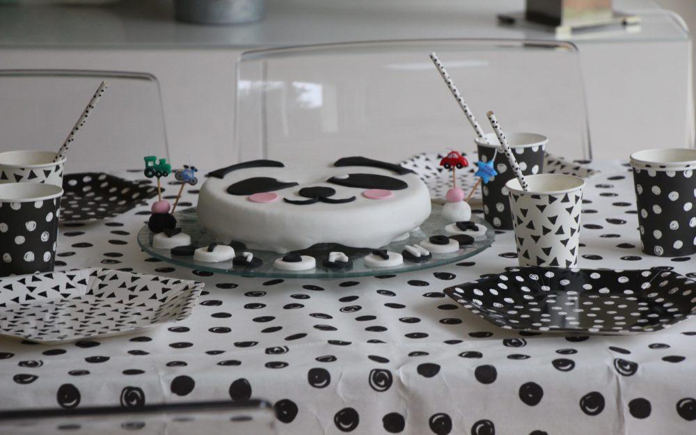 Table de fête pour un anniversaire sur le thème du Panda ! - Gateau Panda d'anniversaire an pâte à sucre - Blog Maman Ne le dites a personne #anniversaireenfant #pateasucre #decoanniversaire #anniversaireenfant #1an #blogmaman #neleditesapersonne