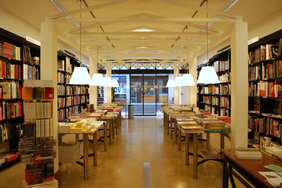 Librairie Mollat à Bordeaux - lieu emblématique de la ville, première librairie indépendante de France- Fascinante librairie. Une image, un livre, une librairie et le monde a tes pieds à lire sur le Blog Bordelais Ne le dites a Personne - #blogbordeaux #librairie #mollat #mollatbordeaux #librairiemollat #blogmaman #livreenfant #passionlivre