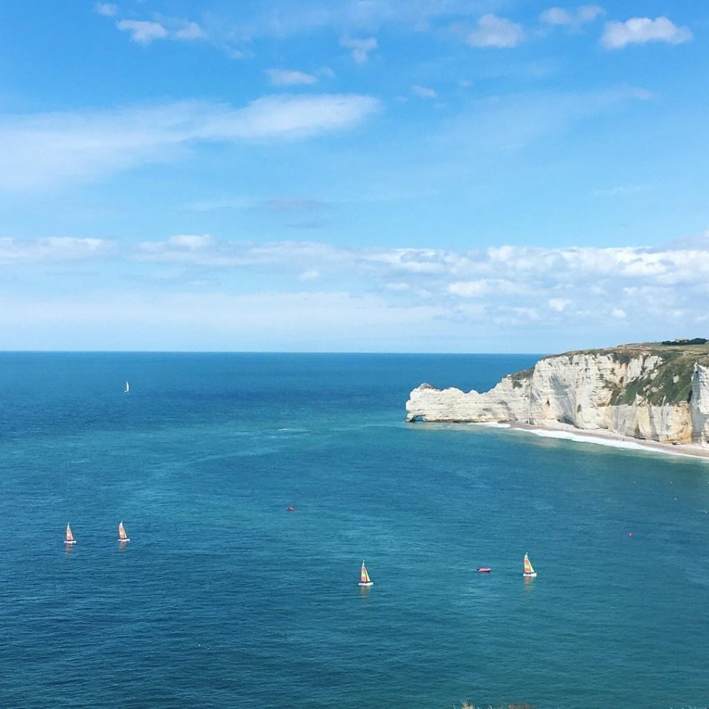Etretat falaises _Vacances en Normandie en famille - Blog famille et grossesse Ne le dites a personne #vuedetretat #falaisesetretat #etretat #quoifaireennormandie #vacancesenfamille #normandie