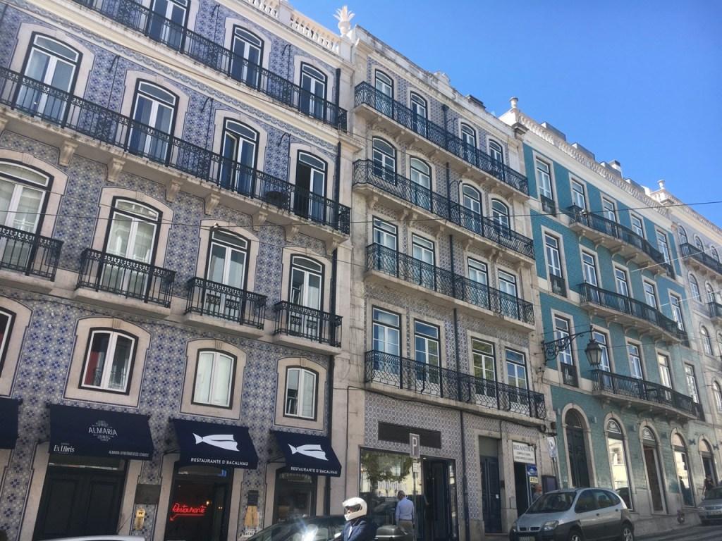 Facades colorées de Lisbonne et les azulejos - Ou partir en week-end depuis Bordeaux à Lisbonne - Blog Bordelais Ne le dites a personne #Lisbonne #azulejos #visiterLisbonne #blogbordelais