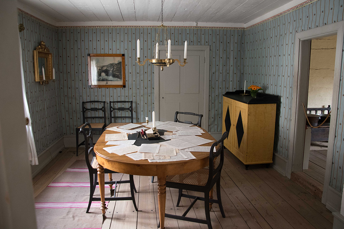 Foto einer schwedischen Wohnstube, wie sie im 19. Jahrhundert aussah.