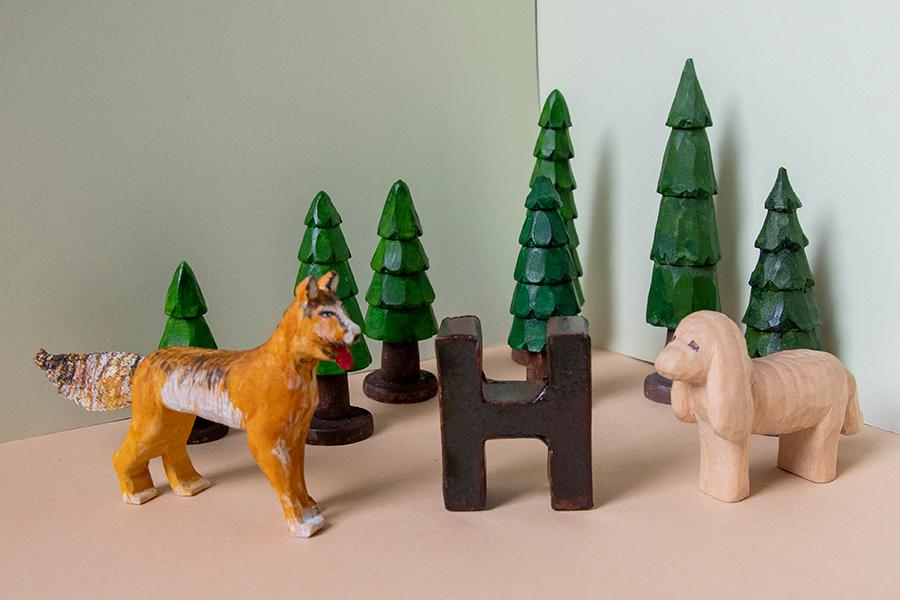 """Geschnitzte Tiere und Bäume zum Gedicht """"H wie Hund"""""""
