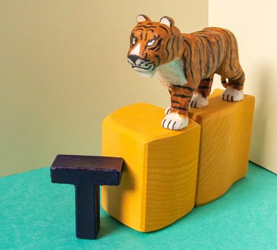 """Geschnitztes Tier zum Tiergedicht """"T wie Tiger"""""""