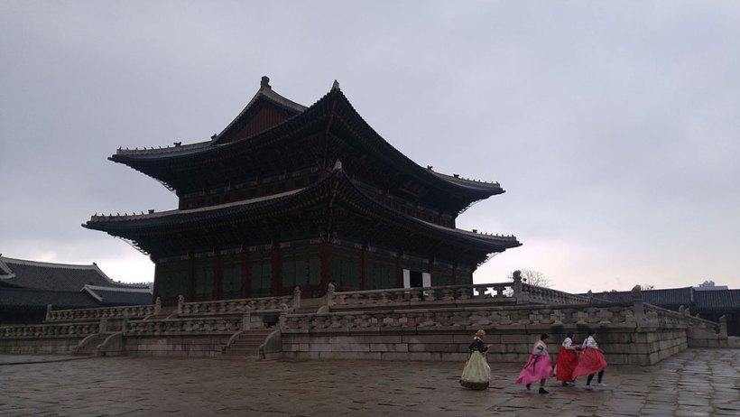 Women wearing hanboks in Gyeongbokgung Palace