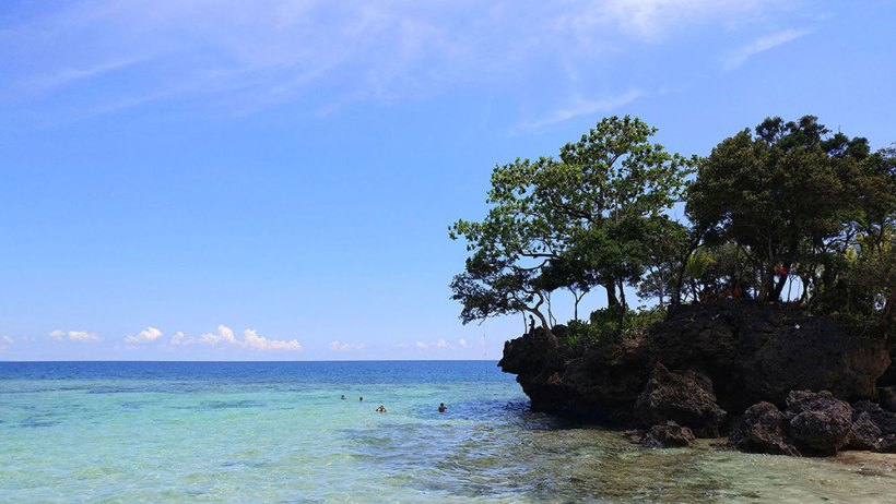A cliff jumping spot at the end of Hinugtan Beach?